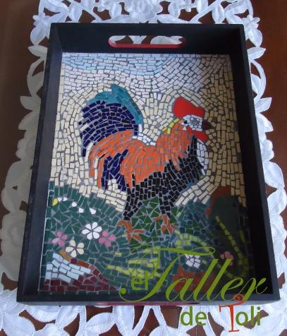 Gallo mosaiqueado sobre bandeja