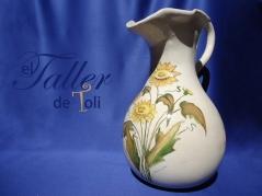 """"""" Jarron con Girasoles"""" realizado artesanalmente en cerámica blanca y pintado con pigmentos de ceramistas."""