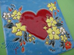 Corazon con flores, en mayólica con cuerda seca