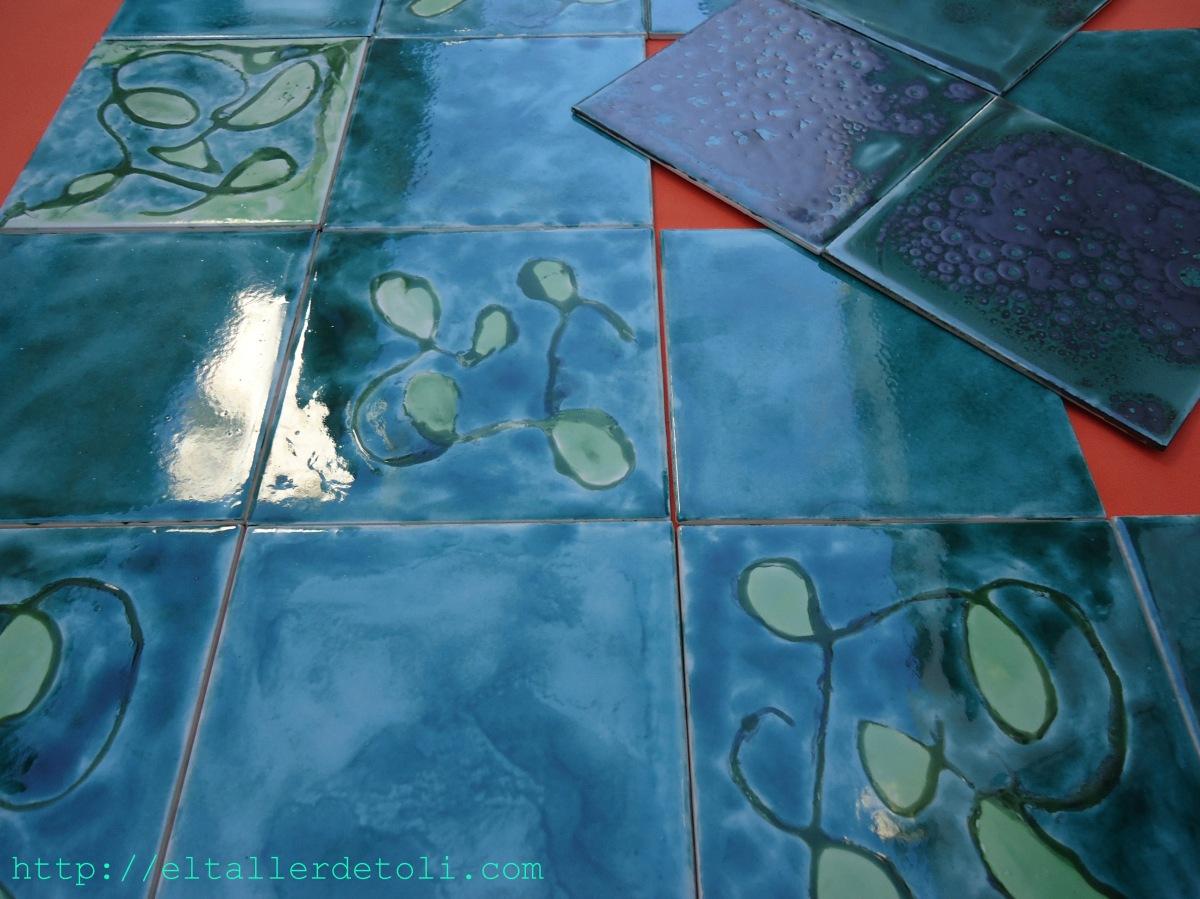 Variedad de azulejos pintados artesanalmente